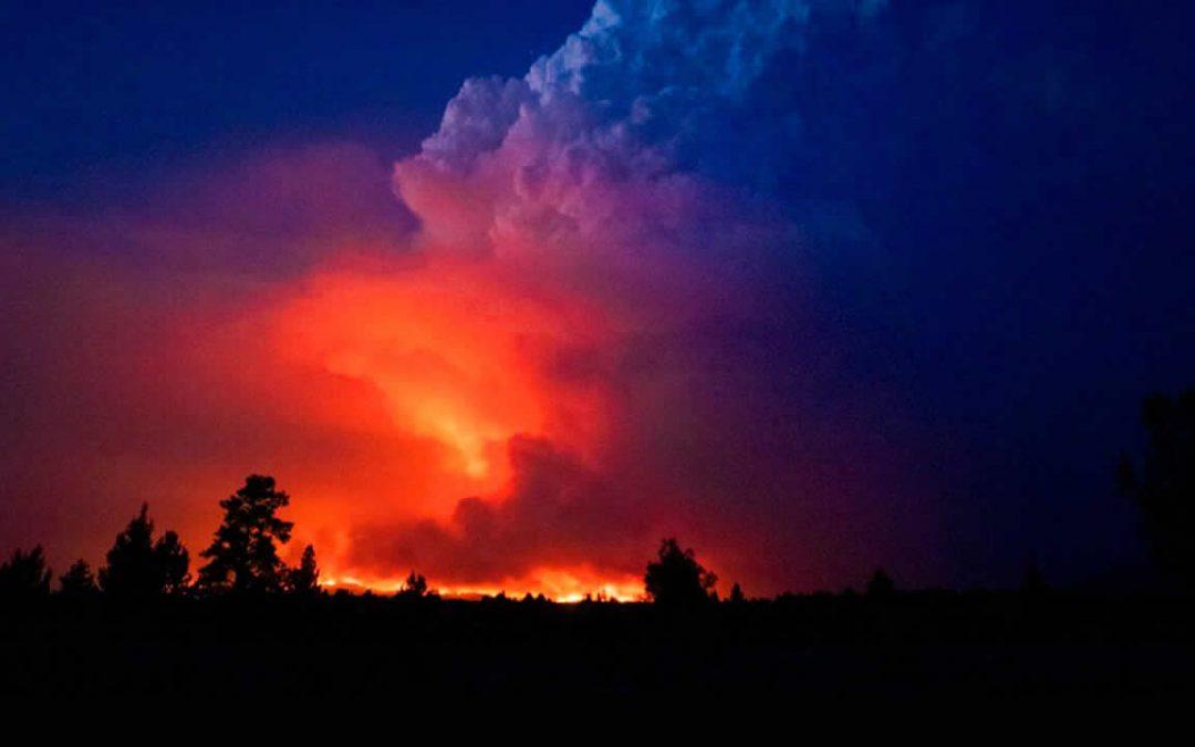 Incendio forestal en Oregon es tan grande que está generando tormentas eléctricas