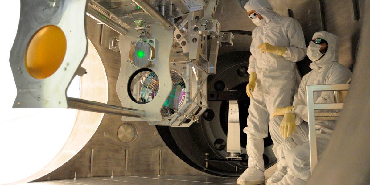 Dos técnicos trabajando en una de las actualizaciones del experimento LIGO