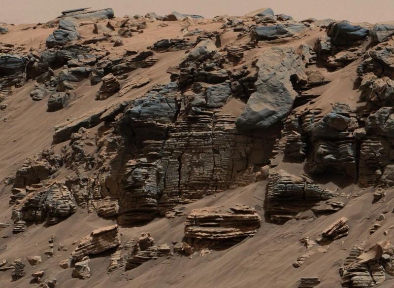 Esta roca de capas uniformes fotografiada por la Mast Camera (Mastcam) en el Curiosity Mars Rover de la NASA muestra un patrón típico de un depósito sedimentario en el fondo del lago, no lejos de donde el agua que fluye ingresa a un lago