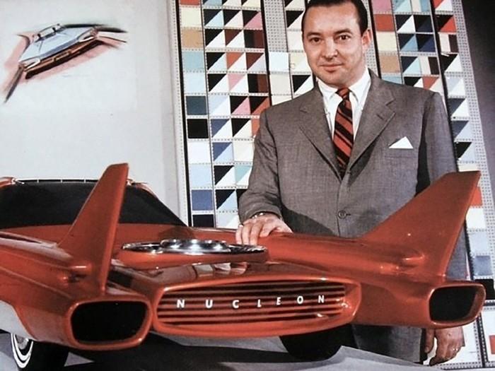 William Clay Ford con la maqueta del Nucleon Ford