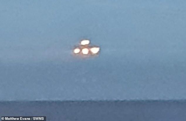 Objeto volador luminoso observado sobre el océano en Reino Unido