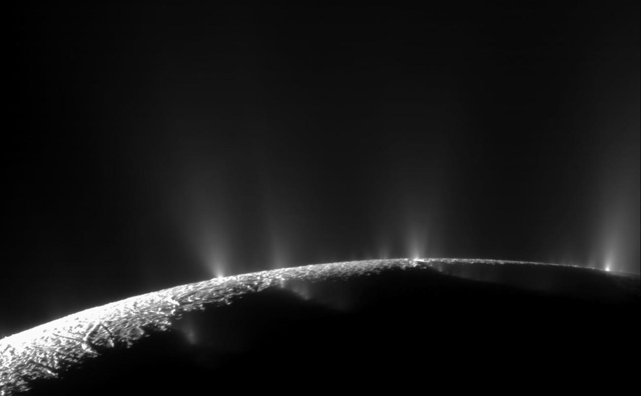 Una pluma dramática rocía hielo de agua y vapor de la región polar sur de la luna Encelado de Saturno. La primera pista de Cassini de esta pluma se produjo durante el primer sobrevuelo estrecho de la nave de la luna helada el 17 de febrero de 2005