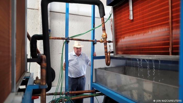 Enrique Veiga frente a su máquina capaz de generar agua en condiciones extremas. Generadores Aquaer registró la patente en 2005, según informó la empresa