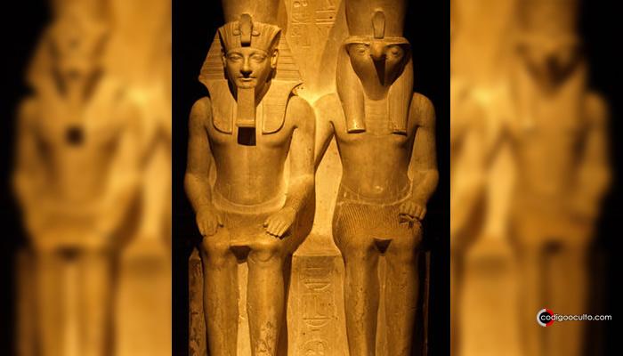Estatua de Horemheb junto a Horus