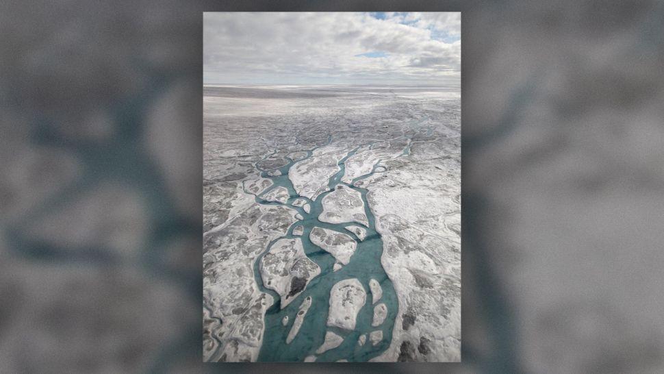 Los ríos azules y las manchas son las aguas de deshielo de la superficie de Groenlandia