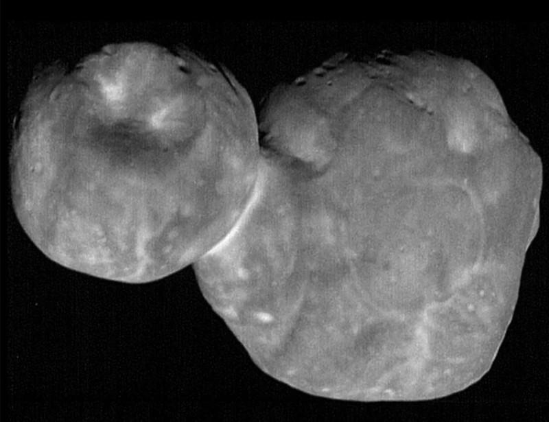 La nave espacial New Horizons de la NASA sobrevoló el distante objeto Ultima Thule (2014 MU69) del Cinturón de Kuiper el 1 de enero de 2019. El objeto, el más distante jamás visitado por una nave espacial, ahora se llama Arrokoth