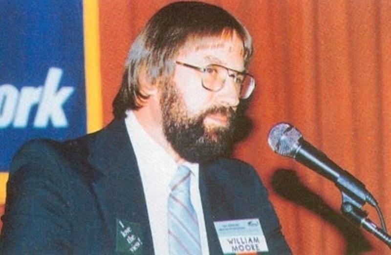 William Leonard Moore coescribió con Charles Berlitz, El Experimento Filadelfia y El Incidente de Roswell. En 1989 declaró sus vínculos con la contrainteligencia norteamericana desatando verdadero escándalo