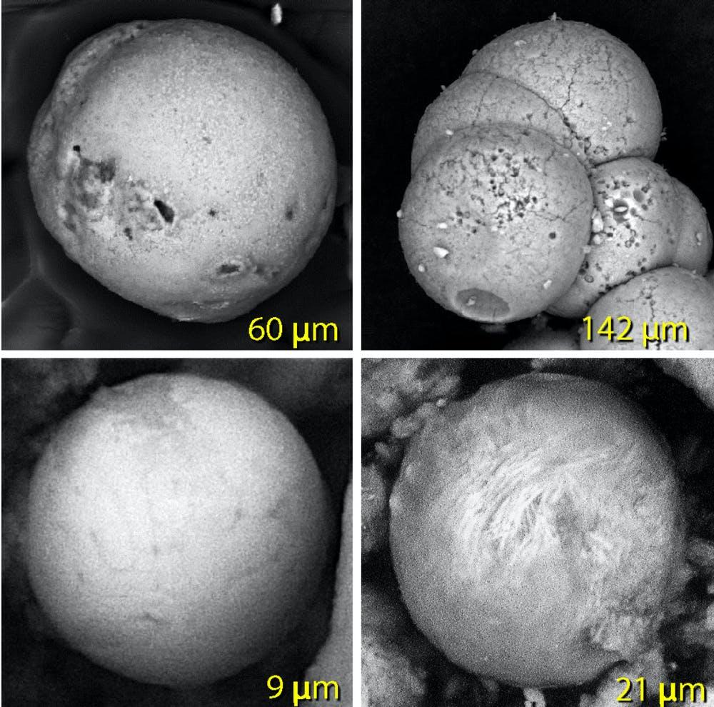 Esférulas hechas de arena derretida (arriba a la izquierda), yeso de palacio (arriba a la derecha) y metal derretido (dos de abajo)