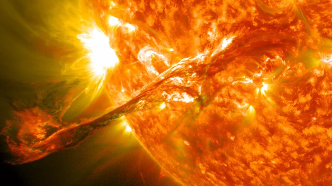 Una tormenta solar, o eyección de masa coronal (CME), surgió del sol en agosto de 2012