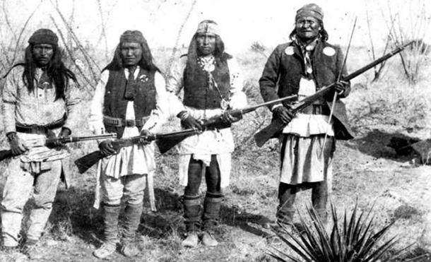 El temido guerrero Geronimo (derecha) y sus guerreros de izquierda a derecha: Yanozha (cuñado de Geronimo), Chappo (hijo de la segunda esposa de Geronimo) y Fun (medio hermano de Yanozha) en 1886
