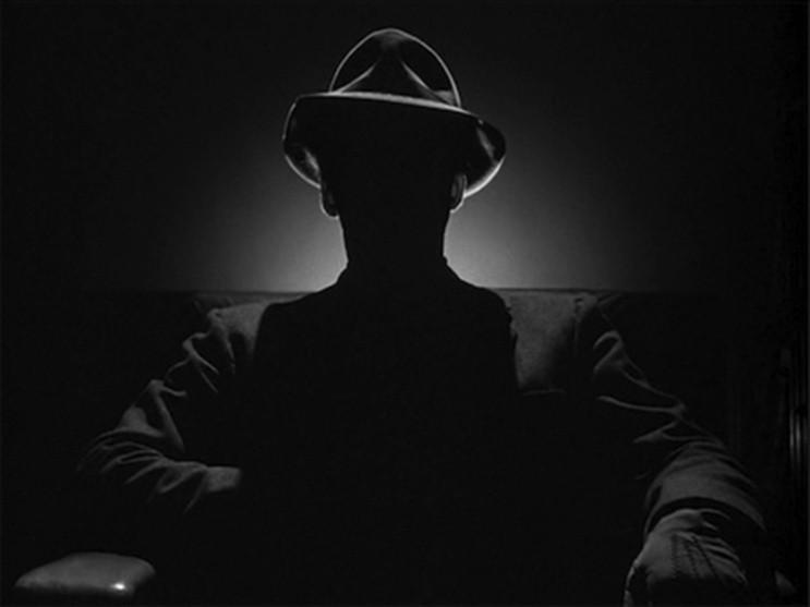 Representación de un Hombre de Negro en las sombras