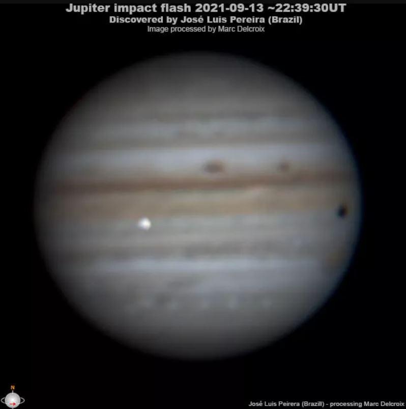 El observador brasileño José Luis Pereira capturó esta toma de un impactador (destello brillante en el centro-izquierda) que golpeó a Júpiter el 13 de septiembre de 2021