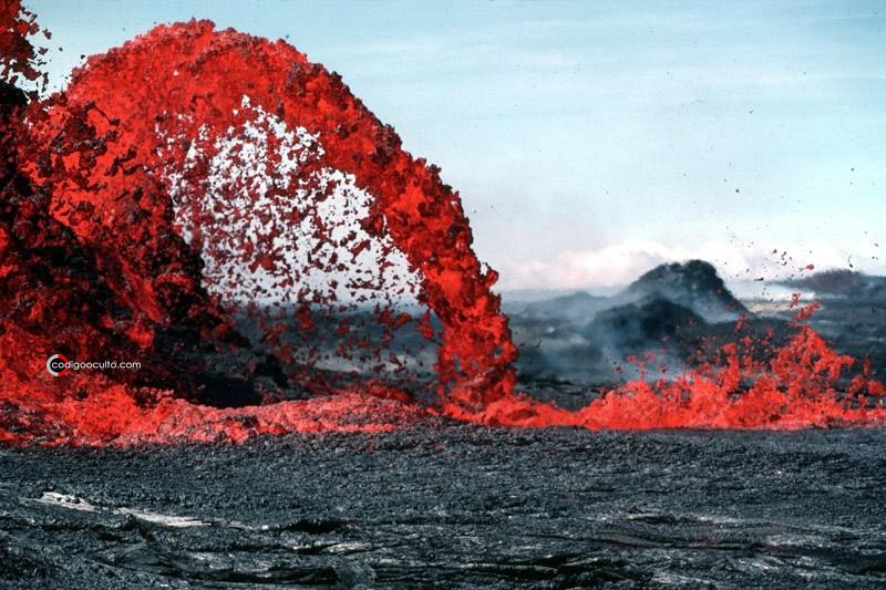 El vidrio basáltico se produce cuando el basalto derretido se enfría rápidamente, por ejemplo, cuando entra en contacto con el agua del océano