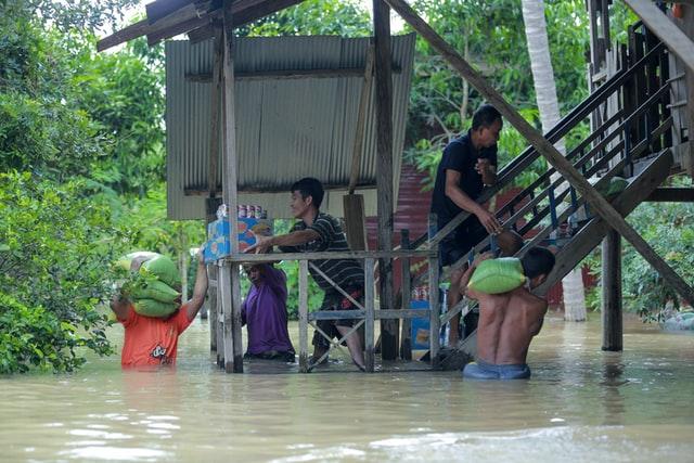 ¿Cuáles son las principales causas y efectos de las inundaciones en todo el mundo?