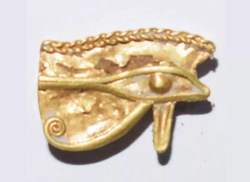 Ojo de Udyat hecho de oro hallado. Estaban asociados con la protección y la curación