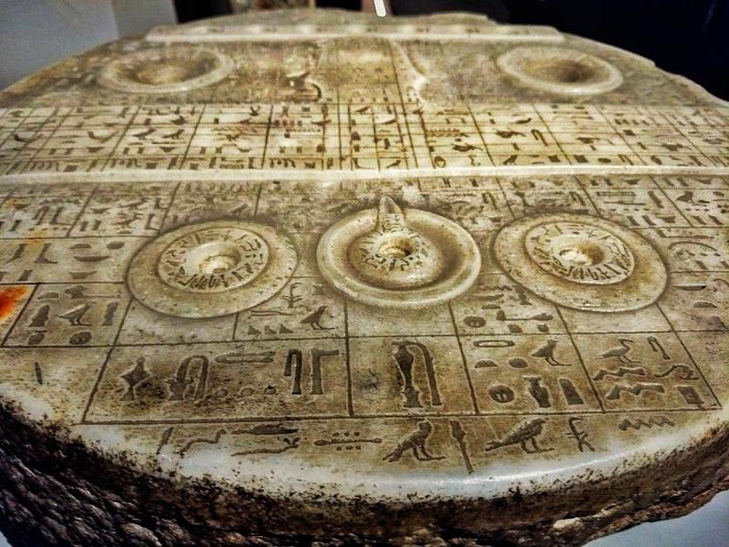 El artefacto proviene del antiguo Egipto, y aunque se propósito no ha sido determinado, se ha sugerido que se asemeja a un mapa o tipo de tablero esquemático