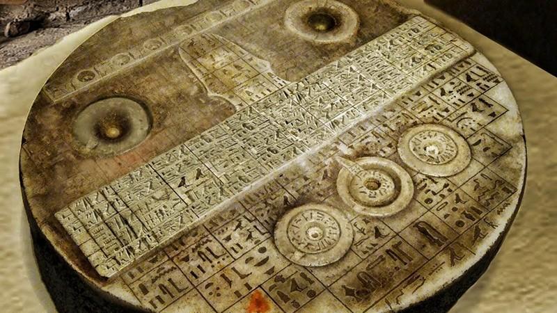 El misterioso artefacto egipcio se asemeja a un tablero de control