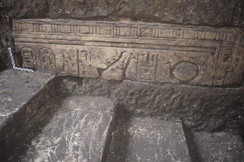 Bajorrelieves con inscripciones jeroglíficas