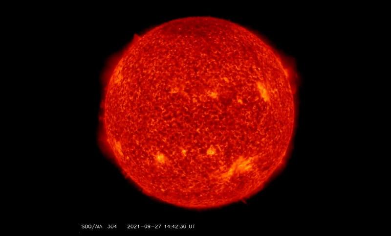 SDO AIA-304 - Este canal es especialmente bueno para mostrar áreas donde las columnas de plasma más frías y densas (filamentos y prominencias) se encuentran por encima de la superficie visible del Sol. Muchas de estas características no se pueden ver o aparecen como líneas oscuras en los otros canales. Las áreas brillantes muestran lugares donde el plasma tiene una alta densidad