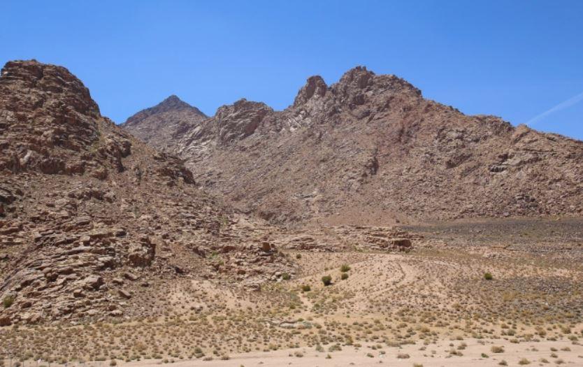 Jabal Maqla, un pico dentro de la cordillera de Jabal al-Lawz, tiene un pico ennegrecido