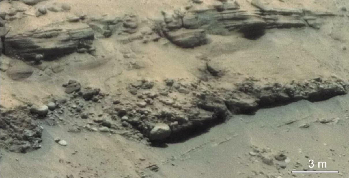 Detalle de los lechos de rocas dentro de la escarpa delta del cráter Jezero, fotografiado por el generador de imágenes microscópicas remotas SuperCam del rover Perseverance. Estos cantos rodados fueron movidos por flujos de agua altamente energéticos, dicen los científicos