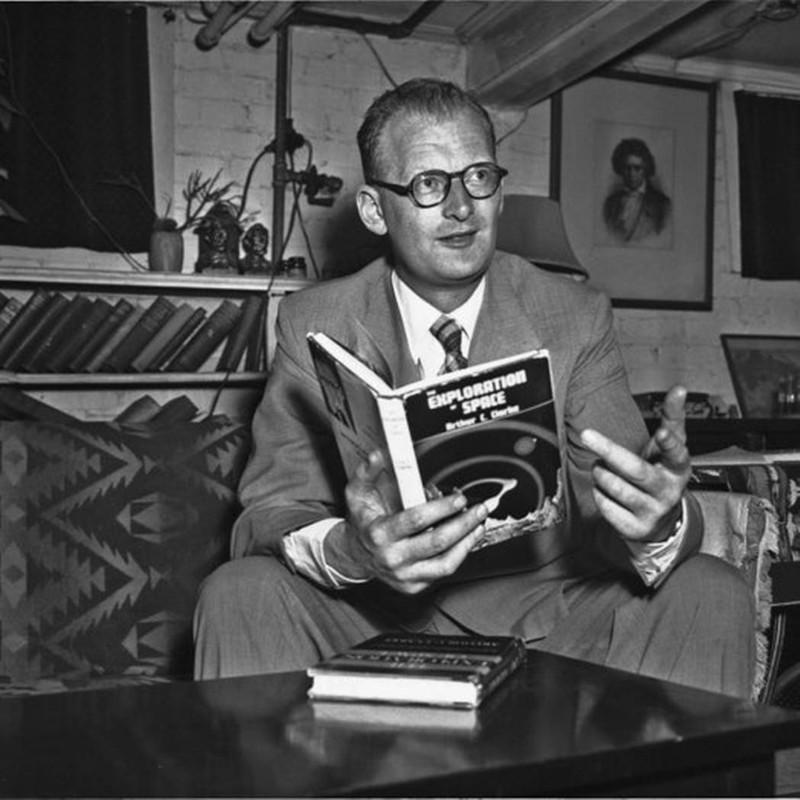 Arthur C. Clarke en la época que dio a luz su ensayo revolucionario, acerca de comunicaciones satelitales