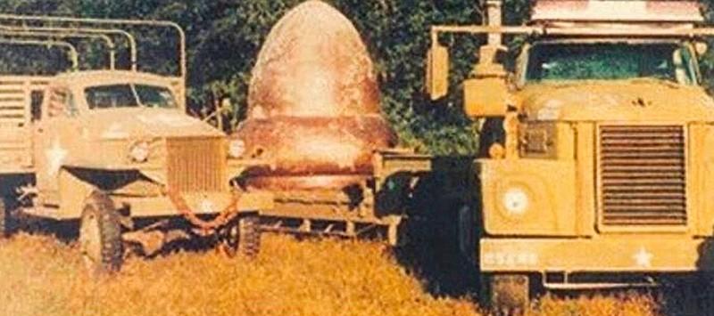 """""""…Afirman testigos que vieron como un camión militar, con un remolque plano había ingresado al área para luego retirarse con un objeto parecido a la bellota, cubierto con una lona…"""""""