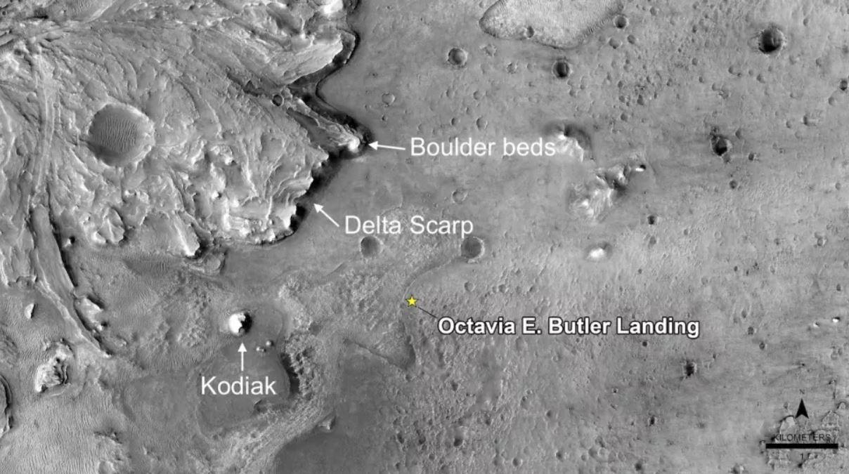 Esta imagen de la cámara HiRISE a bordo del Mars Reconnaissance Orbiter de la NASA muestra una vista orbital del ventilador delta en el cráter Jezero y el lugar de aterrizaje del rover Perseverance, llamado informalmente Octavia E. Butler. También se representan la colina llamada Kodiak, el Delta Scarp y la ubicación del material rico en rocas