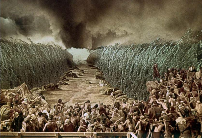 Moisés divide el Mar Rojo y guía a los israelitas para escapar del ejército del Faraón