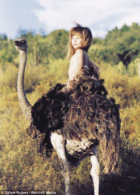 La historia de Hadara, el niño que vivió con avestruces