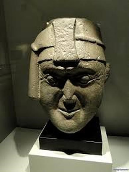 Escultura del rostro de Viracocha, que actualmente se exhibe en un Museo de España