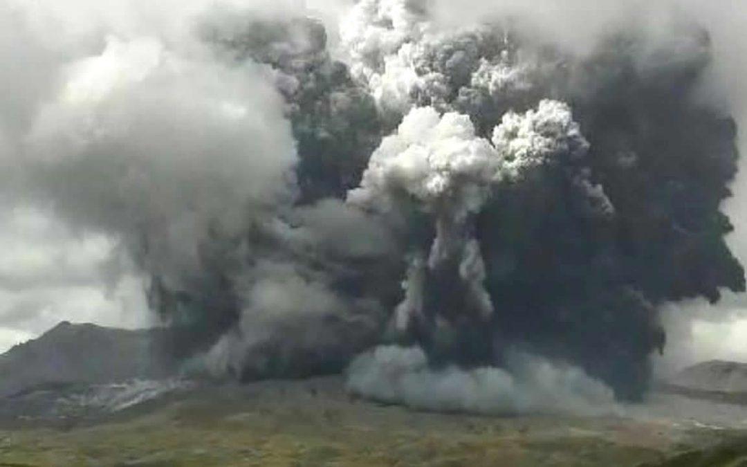Volcán Monte Aso en Japón entra en erupción